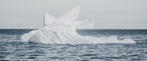 Ein kleiner Eisberg im Ozean